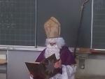 Nikolaus liest aus seinem Buch vor.